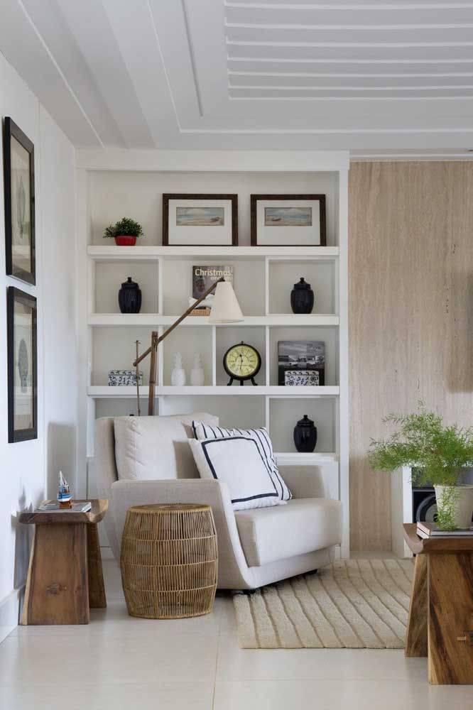porcelanato branco - porcelanato branco e parede de madeira