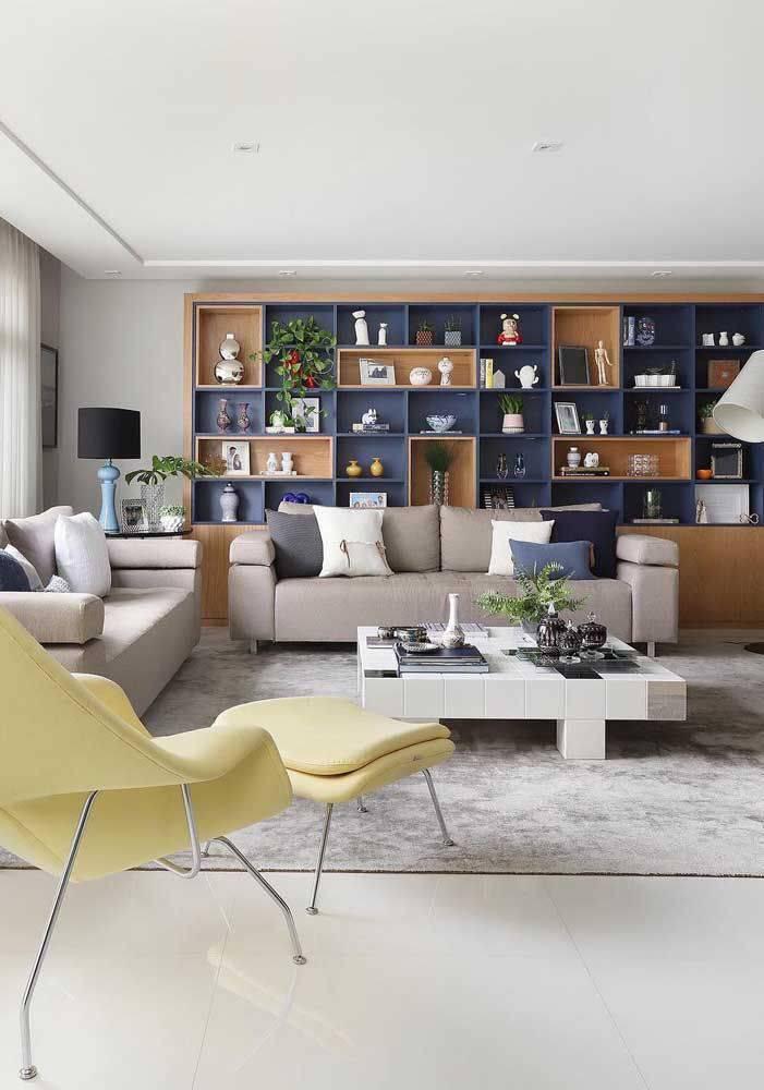 porcelanato branco - sala de estar com estantes de nichos