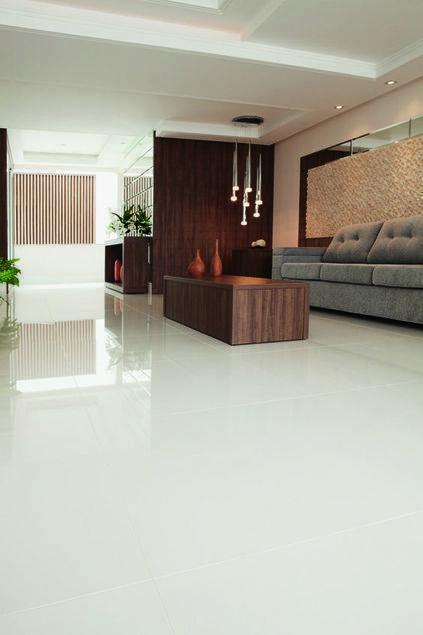 porcelanato branco - sala de estar pequena com piso de porcelanato