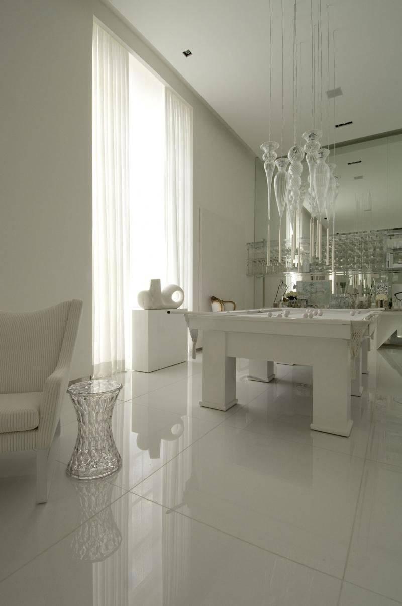 porcelanato branco - sala de jogos com piso de porcelanato