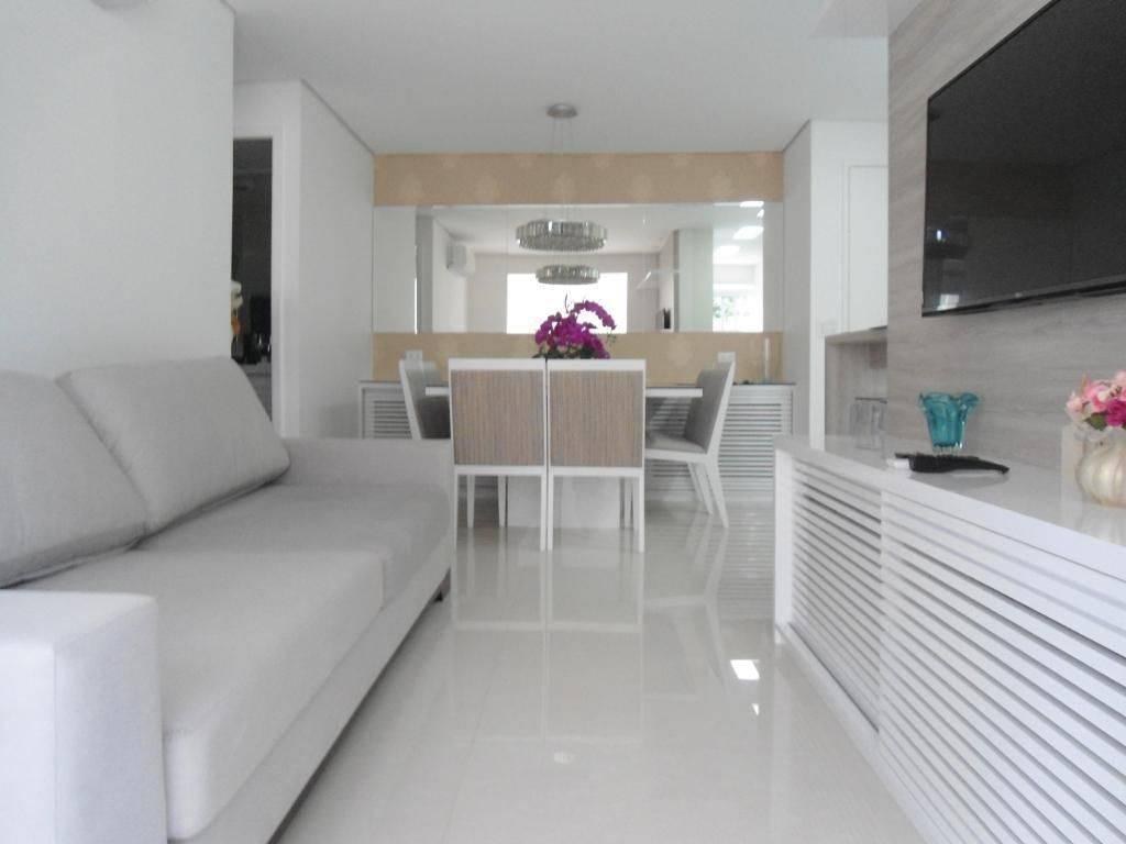 porcelanato branco - sofá com tecido neutro e piso em porcelanato claro
