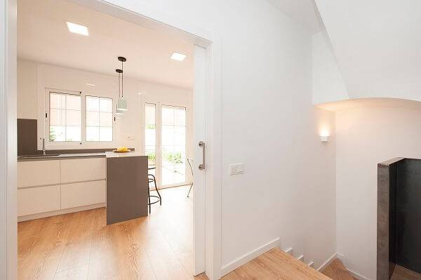 Se o seu cômodo for pequeno, procure inserir em uma porta de correr que quando aberta entra para dentro da parede