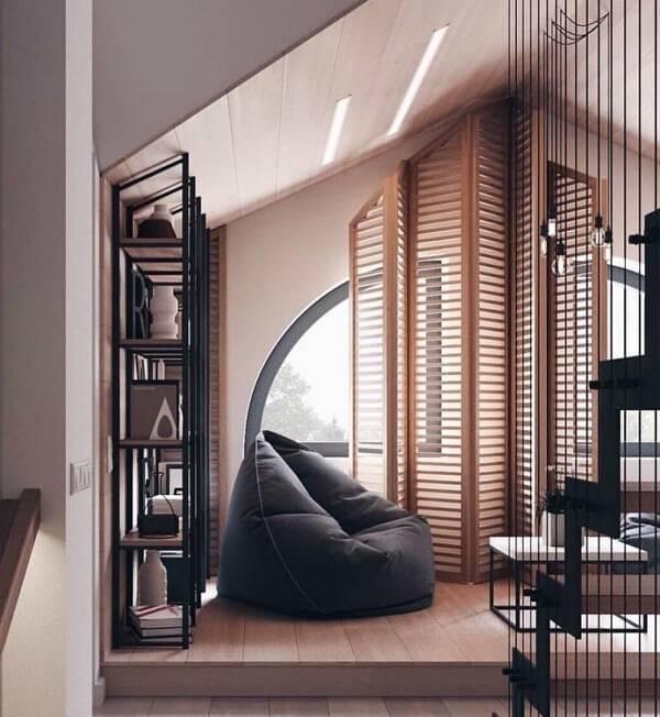 Ambiente decorado com puff gigante preto