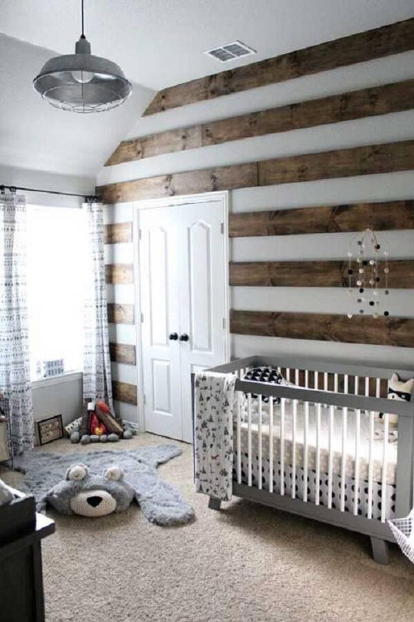Quarto de bebê com berço de madeira e tapete de ursinho