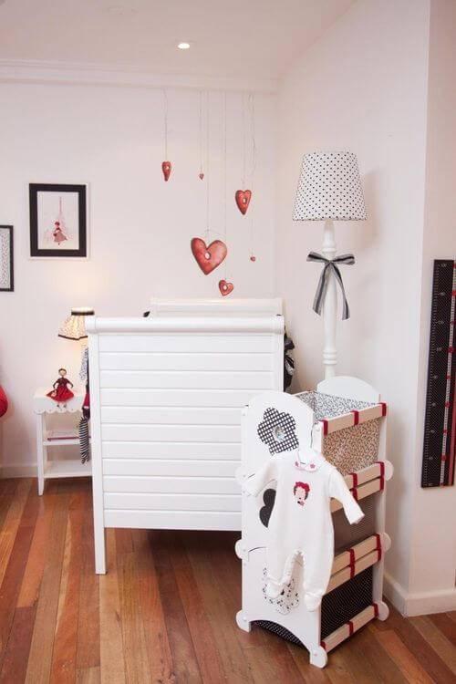 Quarto de bebê com corações como tema para quarto de bebê