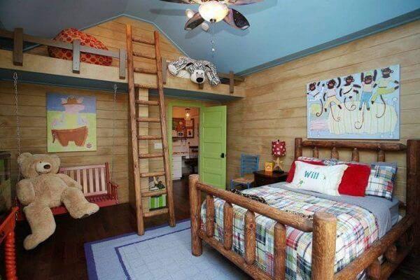 Quarto rústico infantil com móveis e objetos decorativos de madeira