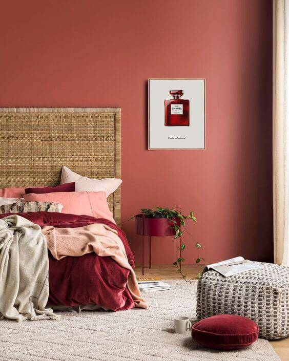 Quarto na cor vermelha com detalhes em rosa e marsala