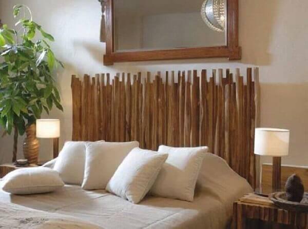 Quarto de casal com cabeceira criativa feita com galhos de madeira