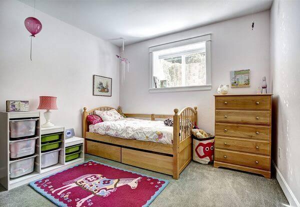 Quarto feminino rústico com cama e cômoda de madeira