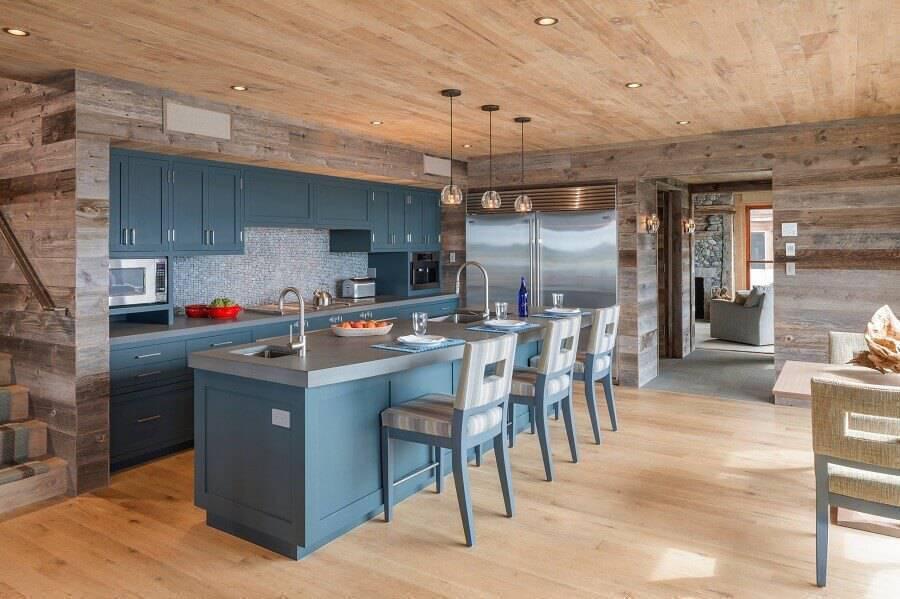 revestimento de madeira e armários planejados azuis para cozinha conceito aberto com ilha Foto Riviera Portraits Collections