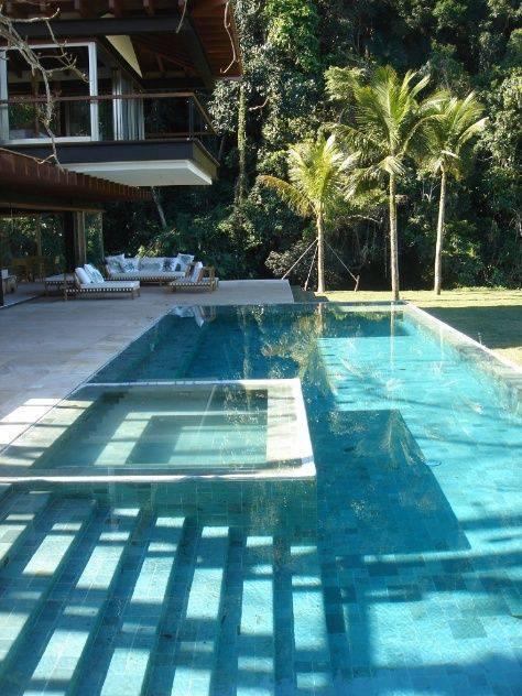 revestimento para piscina - piscina com borda infinita e revestimento de pedra