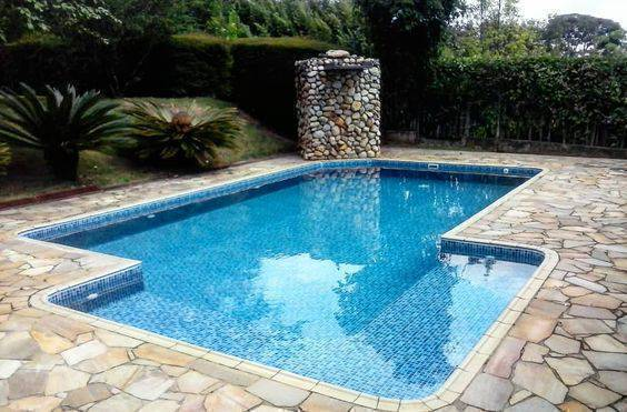 revestimento para piscina - piscina com cascata de pedras