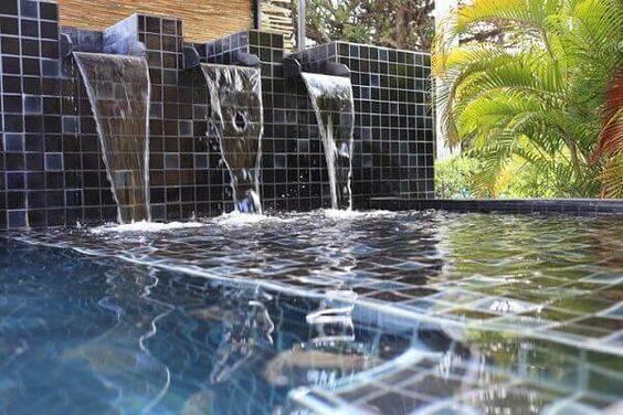 revestimento para piscina - piscina com cascata simples - Pinterest