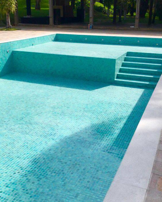 revestimento para piscina - piscina com escada de pastilhas