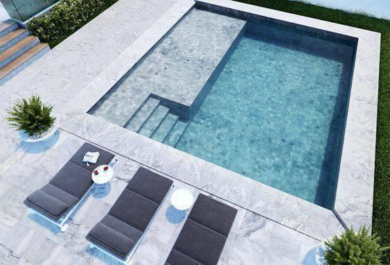 revestimento para piscina - piscina com pastilhas claras