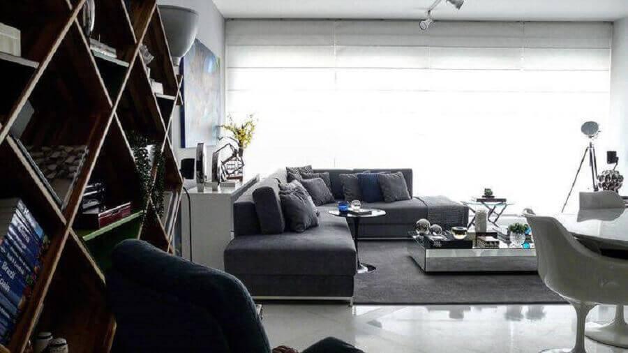 sala ampla decorada com sofá de canto sem braço e mesa de centro espelhada Foto Rafael Samman
