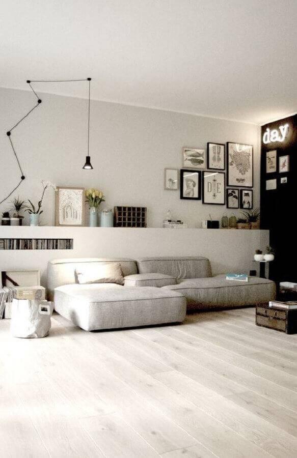 sala ampla decorada com sofá sem braço Foto Sodimac
