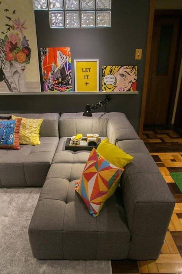sala cinza moderna decorada com sofá de canto sem braço Foto Andreza Goulart