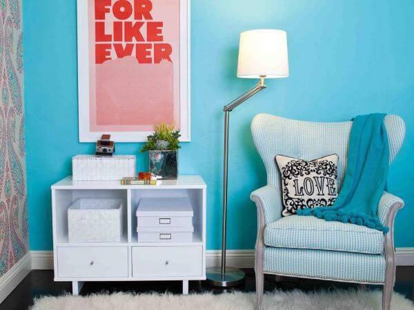 parede azul e poltrona combinando