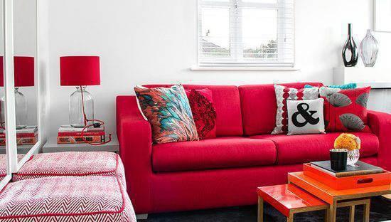 Sofá na cor vermelha