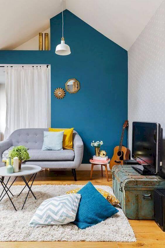 Sala de estar com sofá vintage e detalhes em azul e amarelo