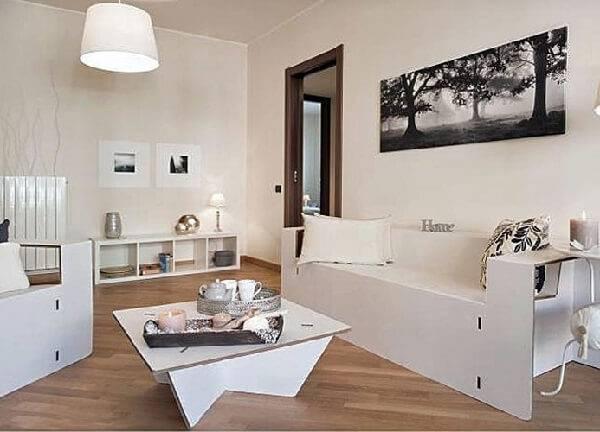 A sala de estar desta casa foi decorada com móveis de papelão