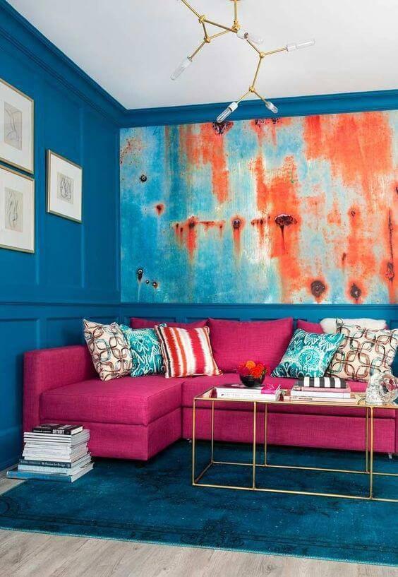parede azul e sofá rosa