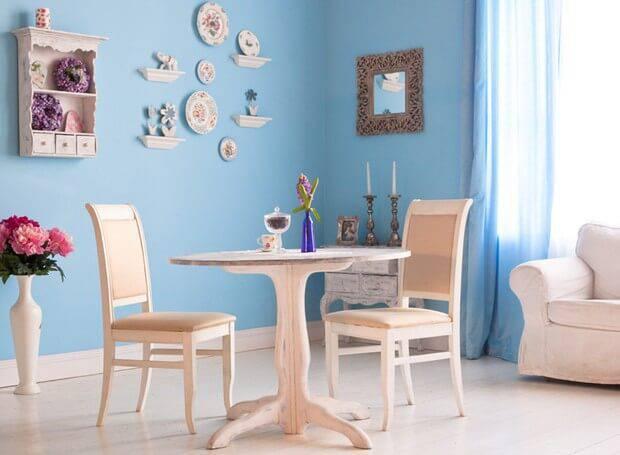 Sala de jantar com parede azul clara