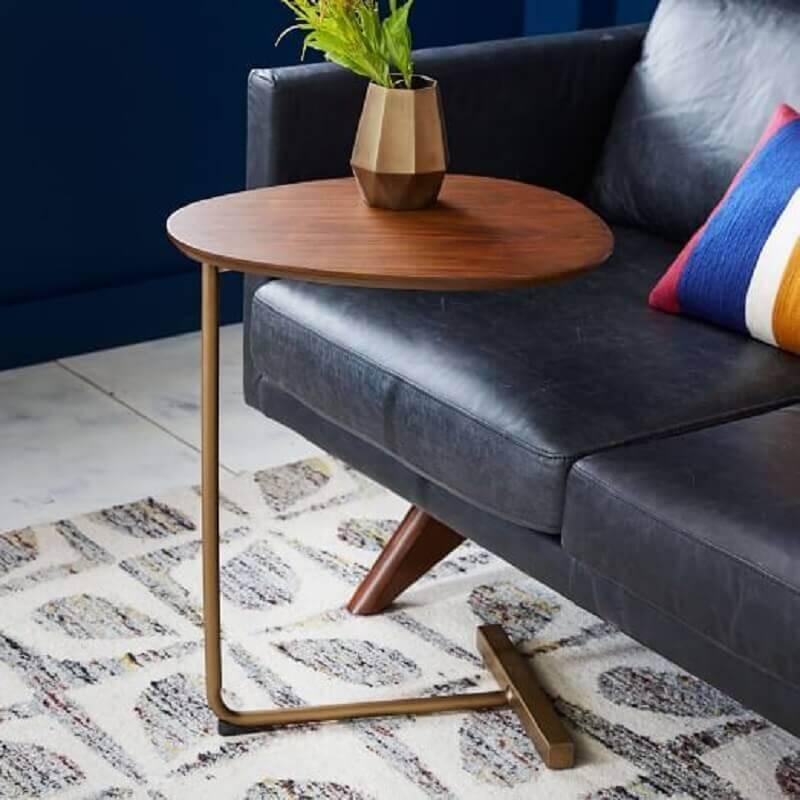 sala decorada com mesa de apoio de madeira moderna Foto West Elm