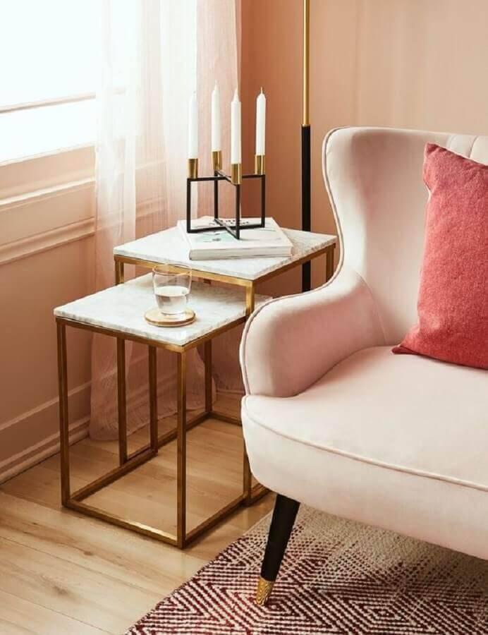 sala decorada com mesa de apoio quadrada Foto Structube