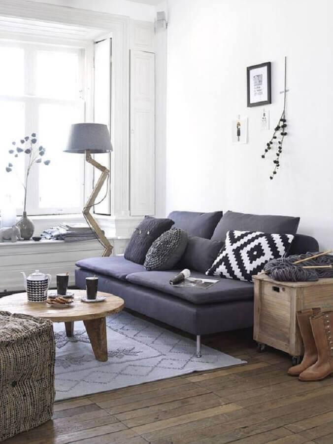 sala decorada com mesa de centro de madeira e sofá sem braço pequeno Foto Simples Decoração