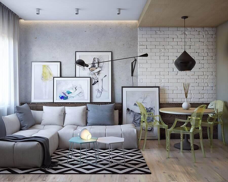 sala decorada com parede de cimento queimado e sofá de canto sem braço Foto Reciclar e Decorar