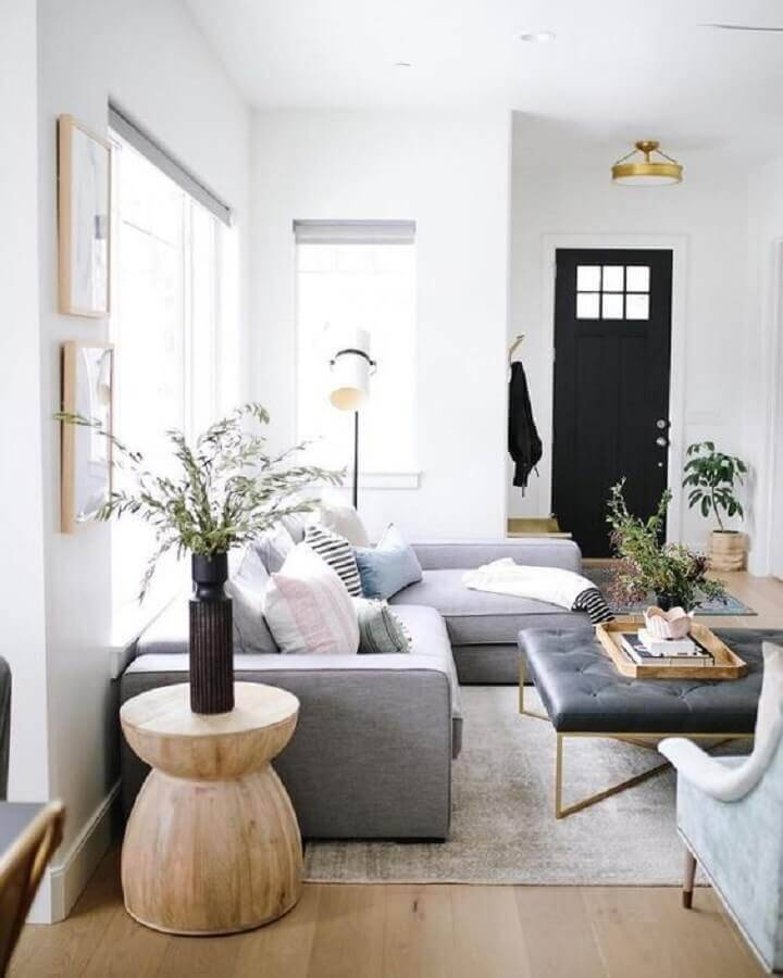 sala decorada com sofá cinza e mesa de apoio redonda Foto Article