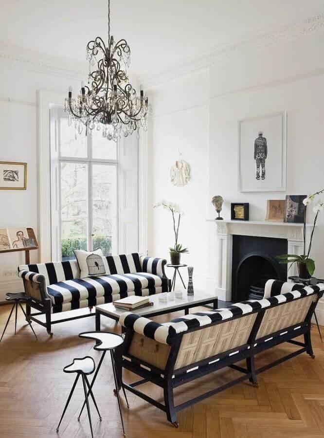sala decorada com sofá listrado preto e branco e mesa de apoio diferente Foto Pinterest