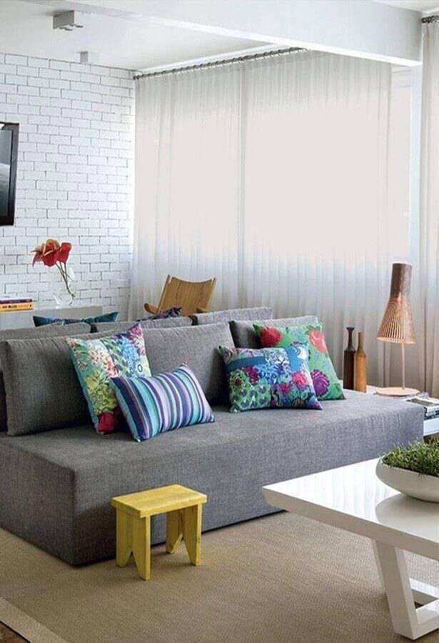 sala decorada com sofá pequeno sem braço Foto Pinterest