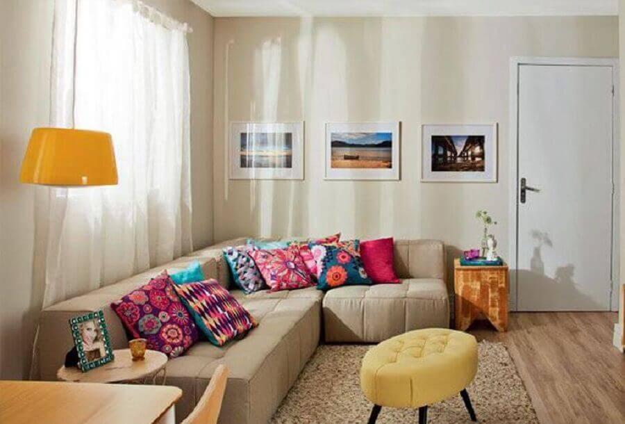 sala decorada em tons neutros com sofá sem braço de canto e almofadas coloridas Foto Fala Moda
