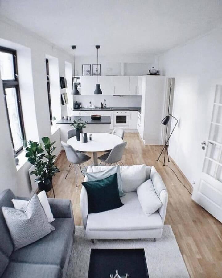 sala e cozinha conceito aberto toda branca com piso de madeira Foto Decor Arse
