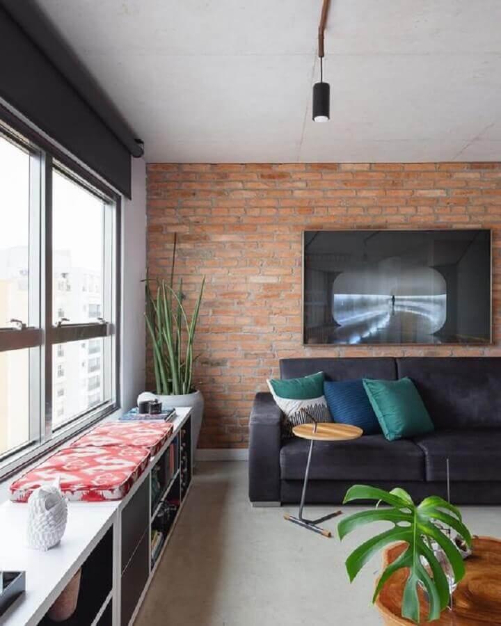 sala moderna decorada com parede de tijolinho e mesa de apoio para sofá Foto Pinterest
