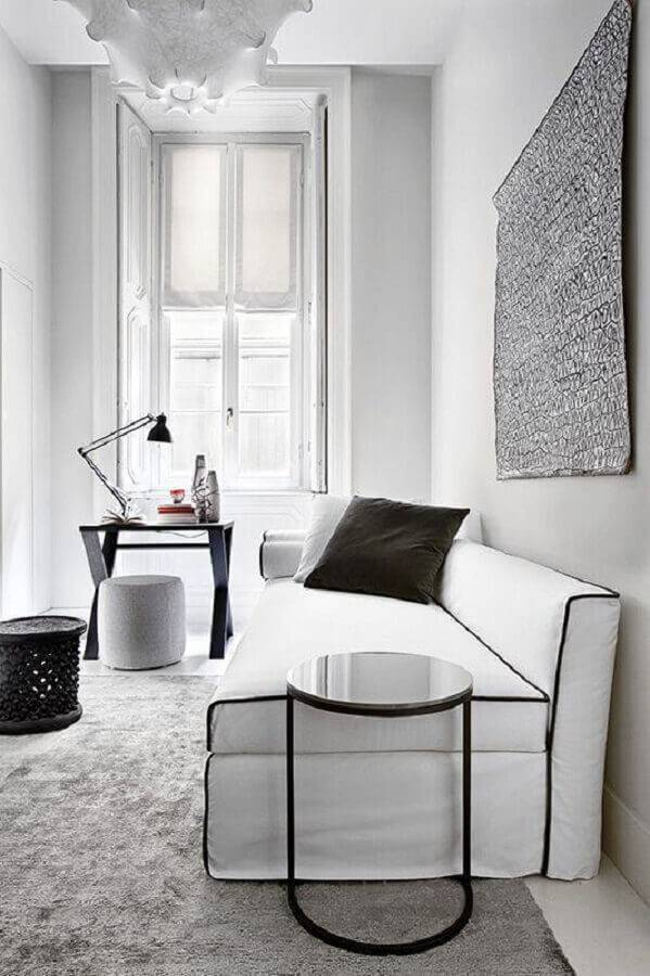 sala preta e branca decorada com sofá sem braço Foto Design Indulgences