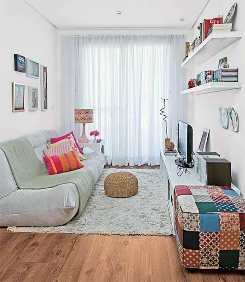 sala simples decorada com sofá sem braço e puff quadrado colorido Foto Pinterest