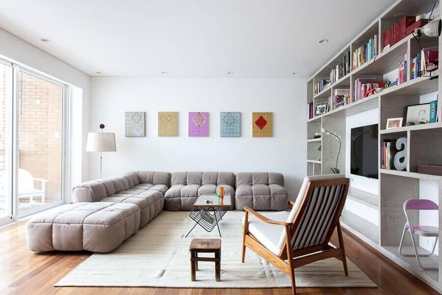sofá de canto sem braço grande para sala ampla com poltrona de madeira Foto Felipe Hess