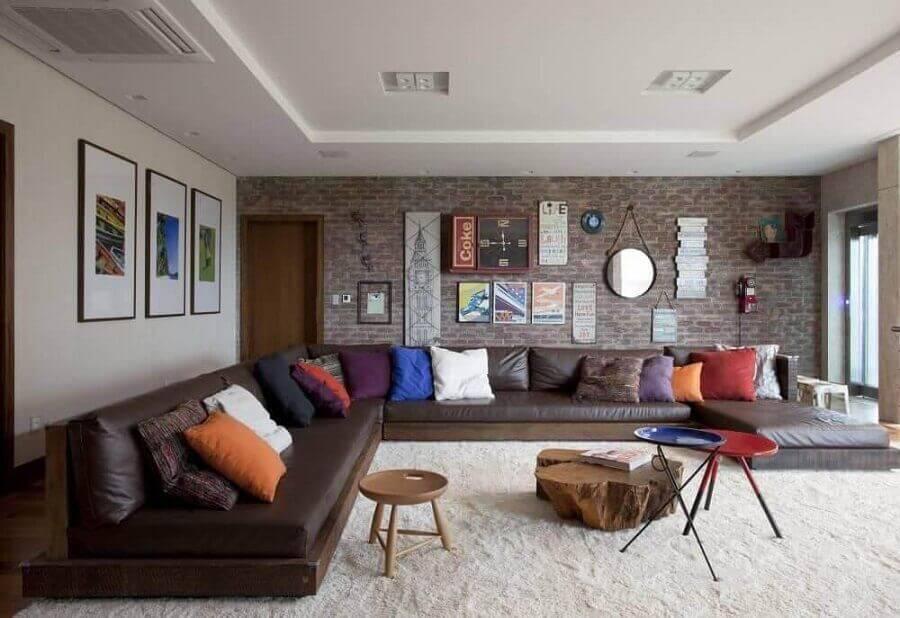 sofá de canto sem braço marrom para sala ampla com parede de tijolinho Foto Juliana-Pippi