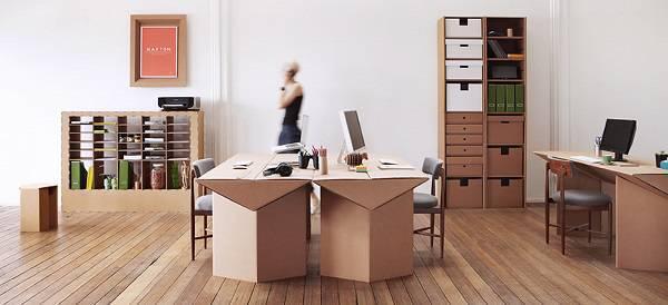 Escritório decorado com móveis de papelão