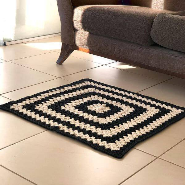 Tapete de crochê para sala de estar preto e branco