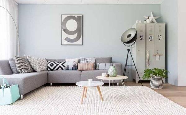 Tapete de crochê quadrado bege com sofá cinza