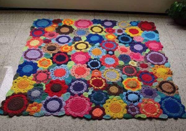 Tapete de crochê quadrado colorido com flor
