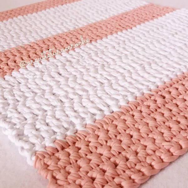 Tapete de crochê quadrado com duas cores