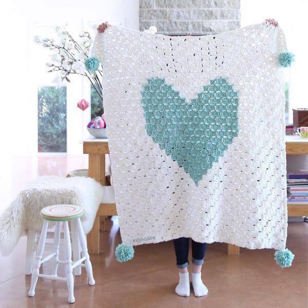 Tapete de crochê quadrado com formato de coração