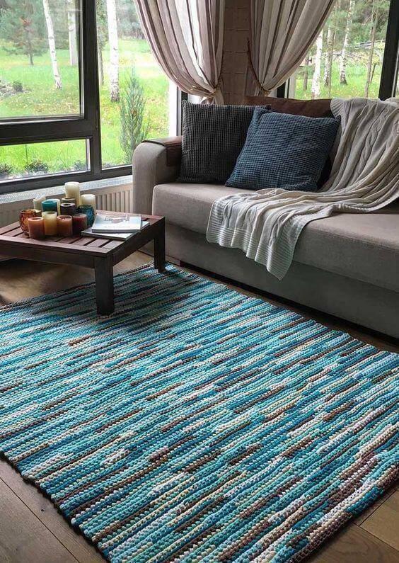 Tapete de crochê quadrado azul e cinza