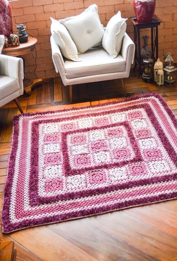 Tapete de crochê quadrado para sala rosa e roxo